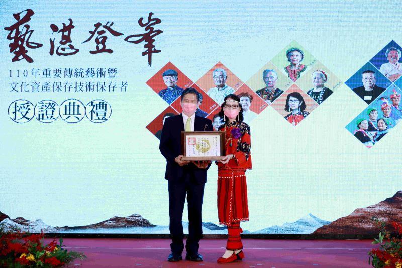 文化部長李永得授證「賽德克族Gaya tminun傳統織布」保存者張鳳英藝師