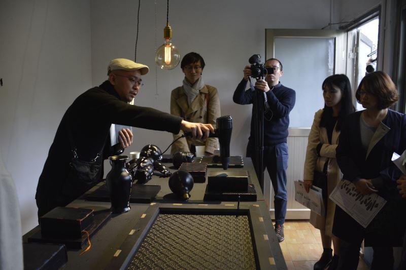藝術家張博傑向來賓說明創作理念