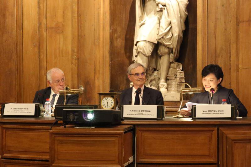 文化部長鄭麗君致詞(左起法蘭西學院人文政治科學院終身秘書Jean-Robert Pitte先生、法蘭西學院人文政治科學院主席 François d'Orcival先生、文化部長鄭麗君)