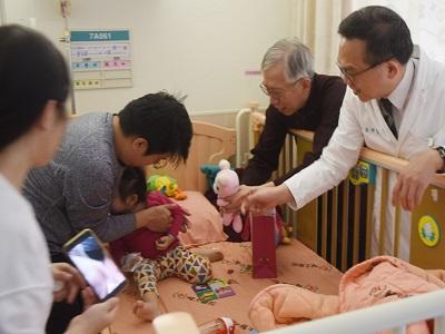 國父紀念館梁永斐館長偕同輔大醫院兒科醫生前往病房探視小朋友並致贈禮物