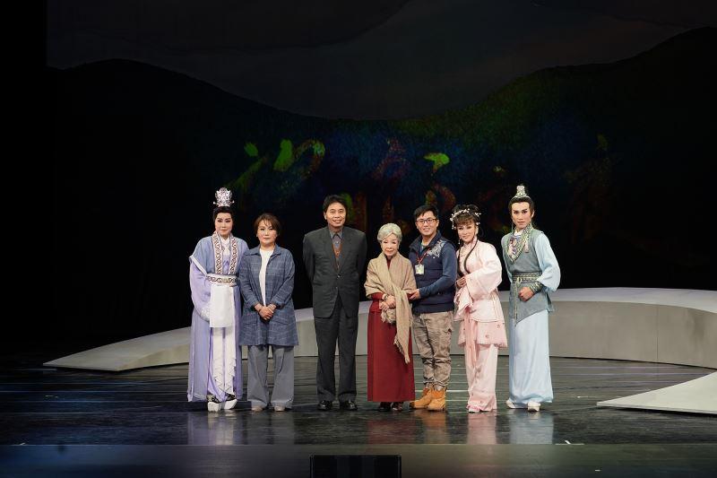 傳藝中心鄒副主任(鄒求強,左起第三位)與主要演員合影_薪傳歌仔戲劇團《望鄉之夜》