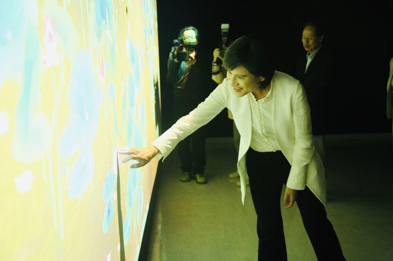 文化部長鄭麗君親自體驗互動投影再升級的〈蓮池互動裝置〉