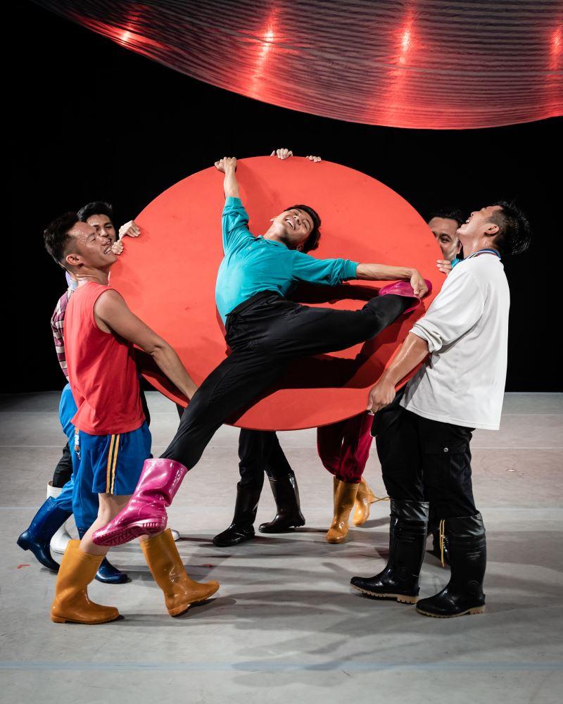 《漂亮漂亮》舞作發展於2016年的風災後,以風災後的生活即景入舞,充滿了樂觀面對的正面能量。(Bernie Ng. Courtesy of Esplanade‒Theatres on the Bay)