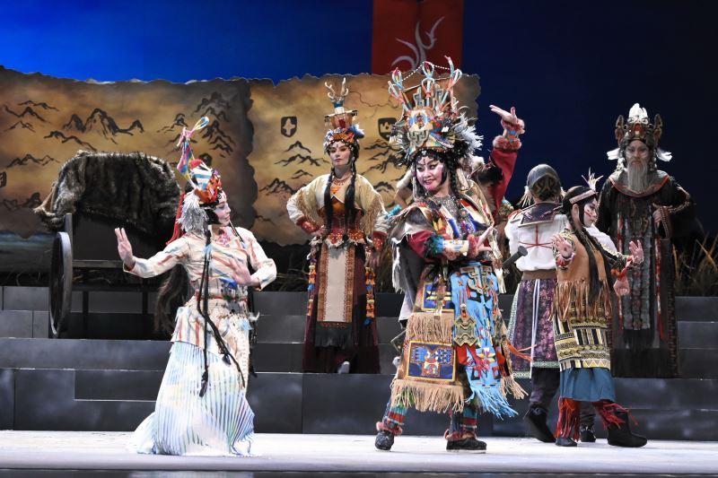 在設計臺灣豫劇團《天問》的服裝時,李育昇運用了許多複合媒材,如竹子與纖維等。