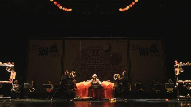 臺灣國樂團的演奏家們用節奏與觀眾互動,營造鍋碗瓢盆齊飛、熱火朝天的料理場景。2
