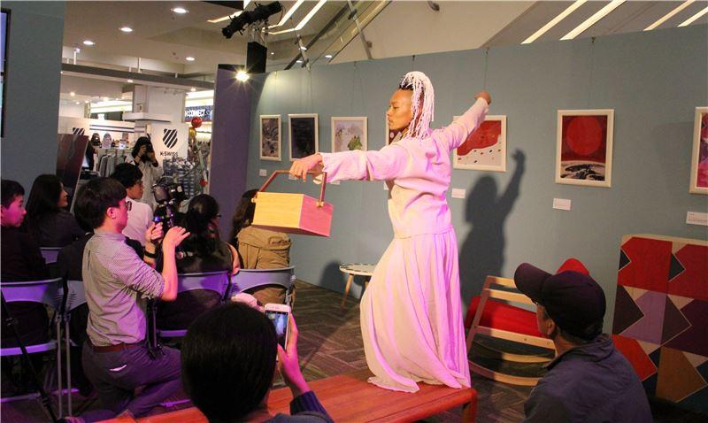 舞蹈家張逸軍以肢體演繹揭開系列新品的面紗 (1)