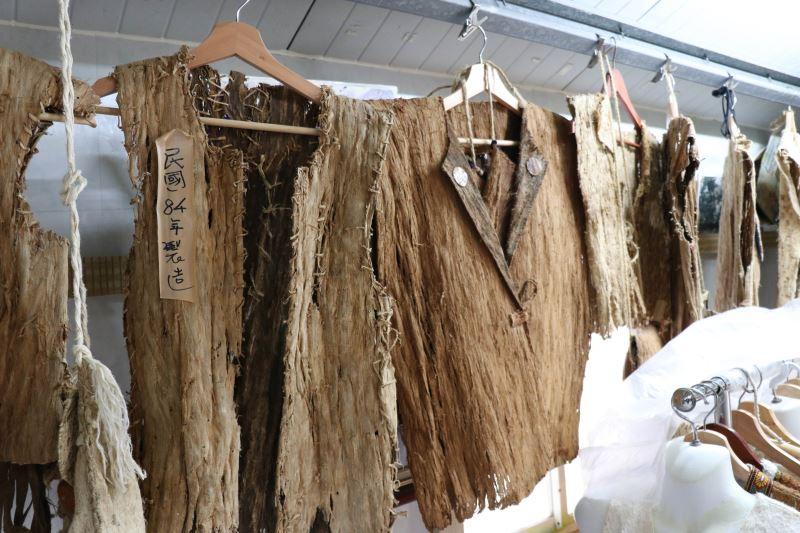 樹皮衣曾廣泛出現在臺灣各原住民部落中,不過隨著現代紡織技術的進步,目前僅阿美族保留此特殊工藝。