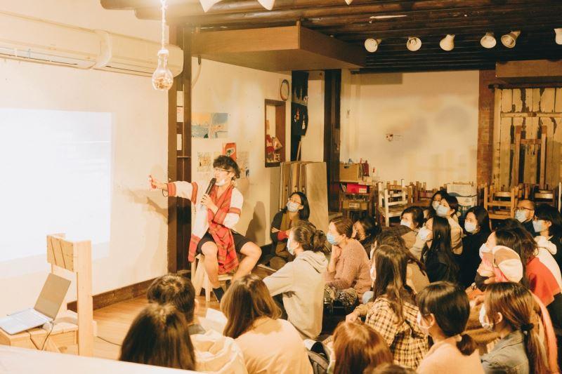 近年來,洛巫彼恩彌尤積極擔任許多文化推廣課程的講師,介紹巫醫文化及祭儀過程;圖為洛巫彼恩彌尤參與教育部青年迴響計畫講座照片。