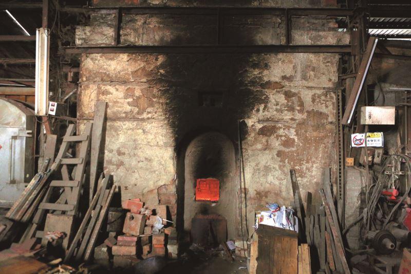 外觀雖舊,改良式的小型窯窯火卻不歇。