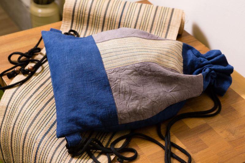 用香蕉絲編織布面裝飾的拼布後背包