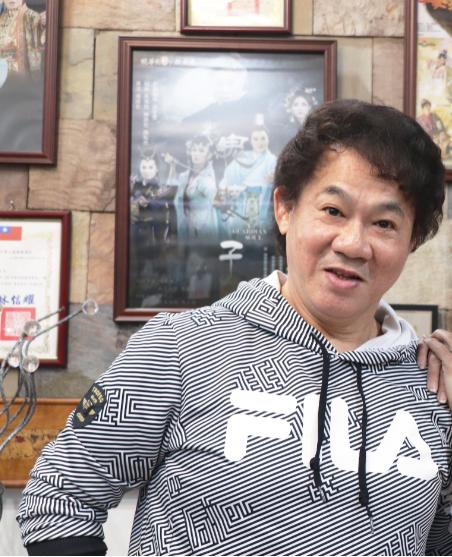 陳勝在 明華園戲劇團丑行演員,為明華園老團長陳明吉的第五個兒子,現任明華園日字戲劇團藝術總監兼編導。自小癡迷表演藝術,深刻鑽研三花演技,有明華園第一丑角的稱號。