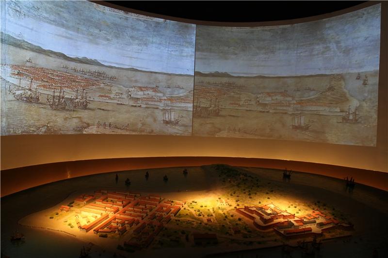 展場中運用縮尺模型展現出歷史紀錄中所描繪荷蘭人在臺灣所興築的熱蘭遮城,以及周邊漢人城鎮景況。