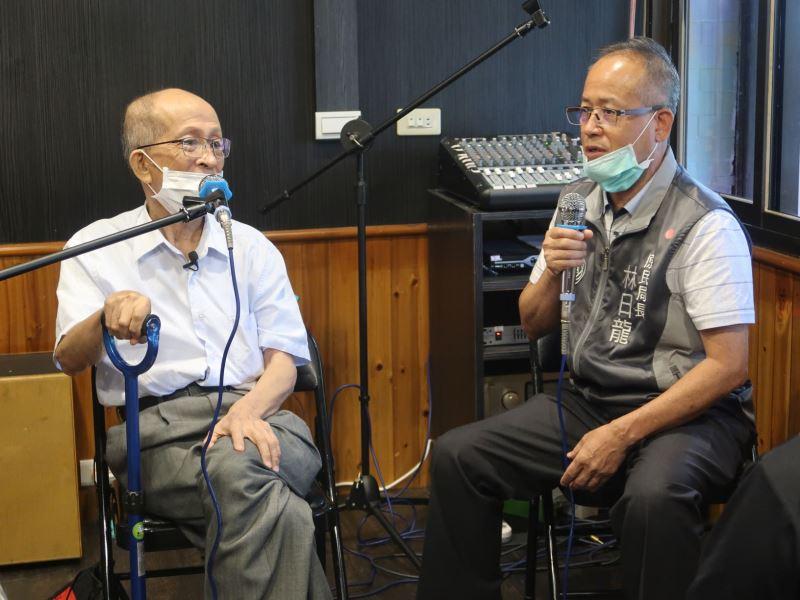 樂信.瓦旦之么子林昌運(左)與桃園市政府原住民族行政局局長林日男