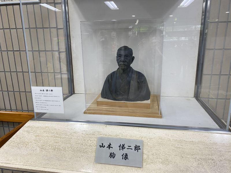 現存於佐渡市真野行政服務中心的山本悌二郎石膏胸像
