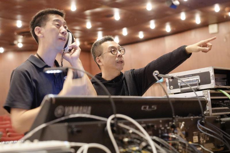 楊敏奇工作的地點就是劇院和錄音間兩地跑。