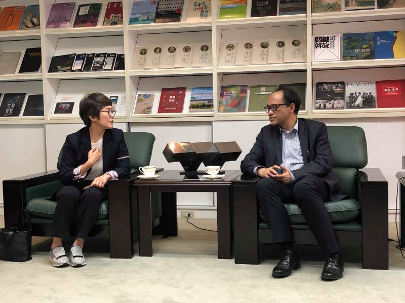 光州雙年展基金會主席金萱廷(左)與林館長交流近期工作與心得