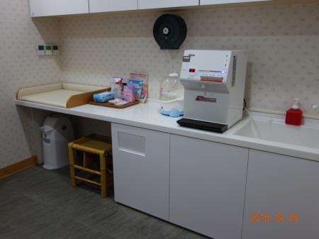 工藝資訊館三樓哺集乳室-設有溫熱兩用飲水機及提供消毒酒精、溼紙巾等