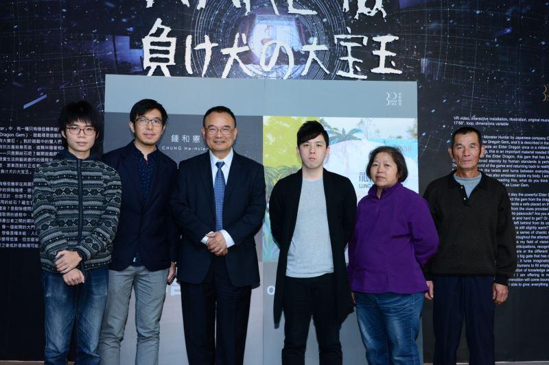 國美館蕭宗煌館長(左3),藝術家龍祈澔(左2),鍾和憲(右3)及貴賓合影