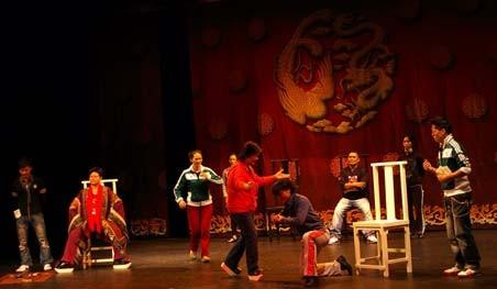 團員進劇場排練。