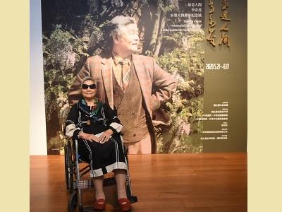 李師母張光正女士於展覽主視覺前留影.