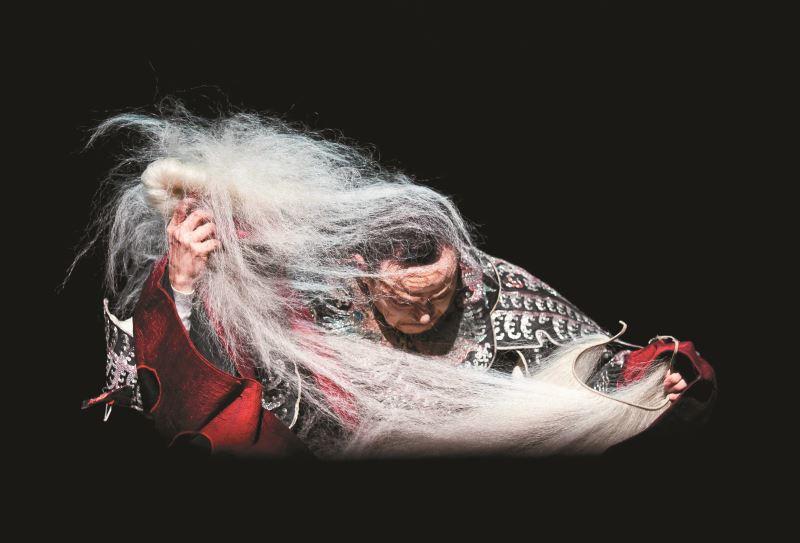 當代傳奇劇場的《李爾在此》以東方京劇表演手法展現西方故事內容,提升彼此藝術價值。