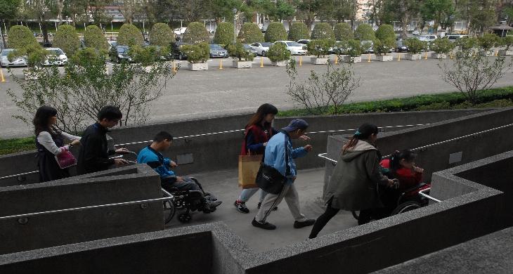 經由無障礙坡道進入國父紀念館(照片)