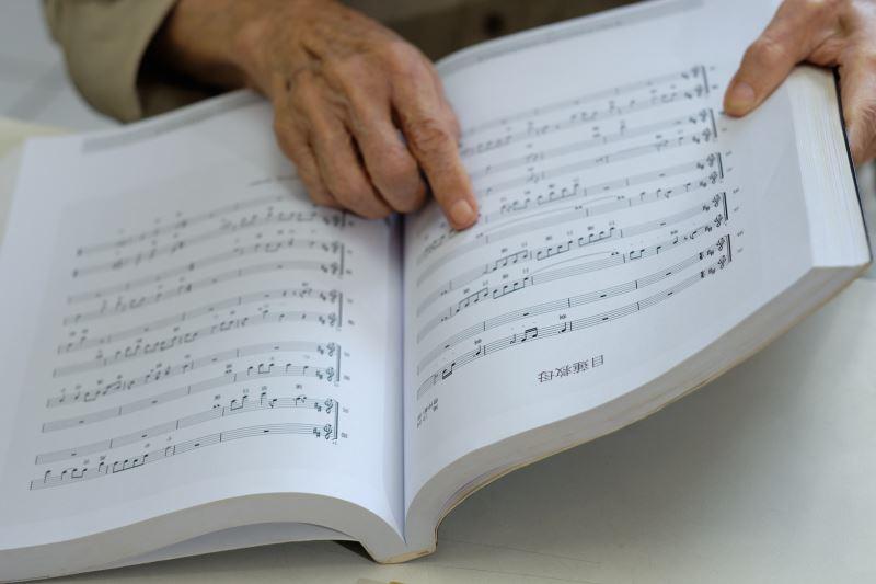 曾仲影寫了不少歌曲,橫跨流行歌曲、傳統戲曲等。