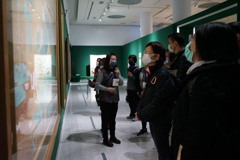國美館志工為國家攝影文化中心志工隊導覽特展_(1)