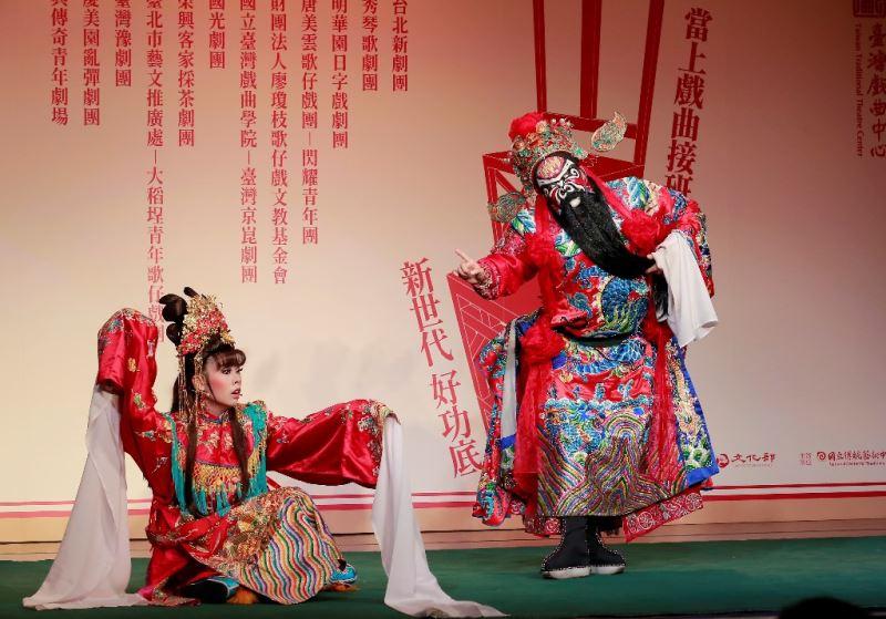 秀琴歌劇團新秀:張心怡(右)、林佳欣(左)演出《鍾馗嫁妹》
