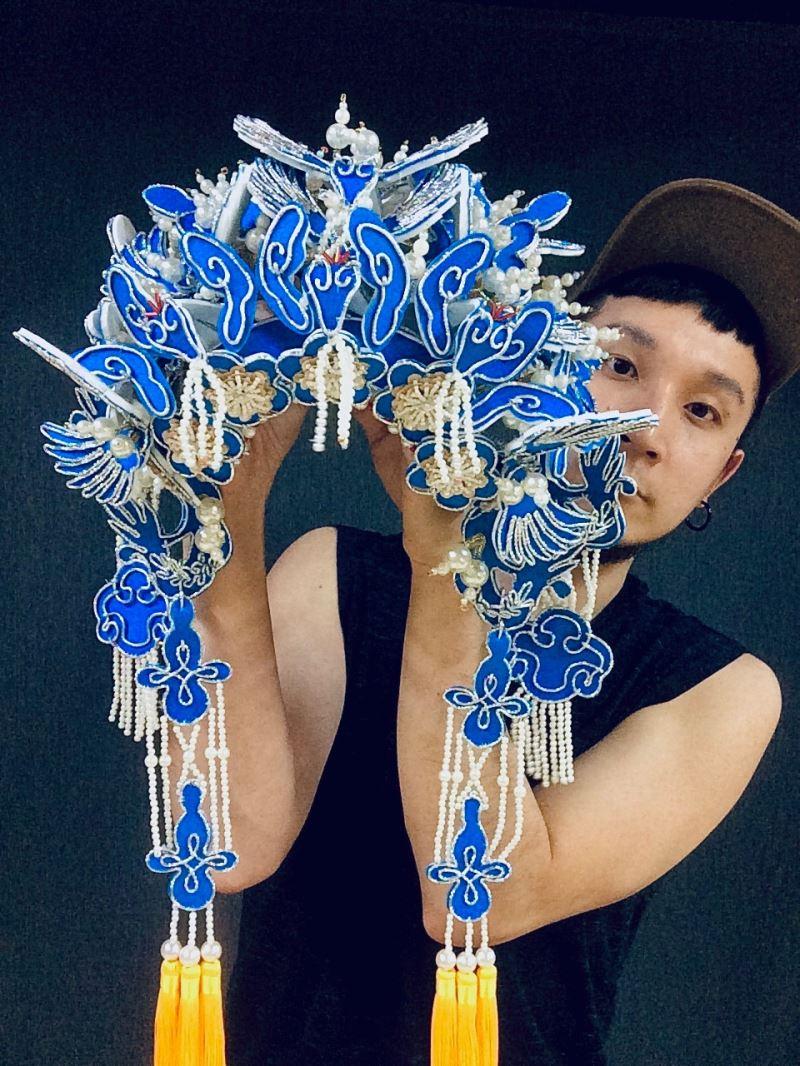 頭飾可幫助劇場演員提升辨識度,圖為李育昇與其為國光劇團《武動三國》製作的鳳冠。