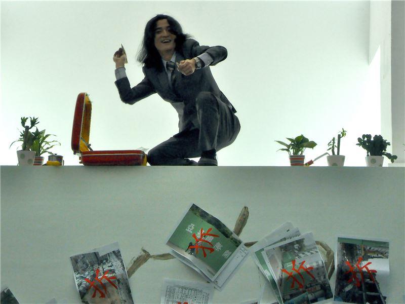 鄭詩雋〈建商愛農民〉2012 行為表演/單頻道錄像、影像輸出 8 分 38 秒 120×90 cm×5 pieces