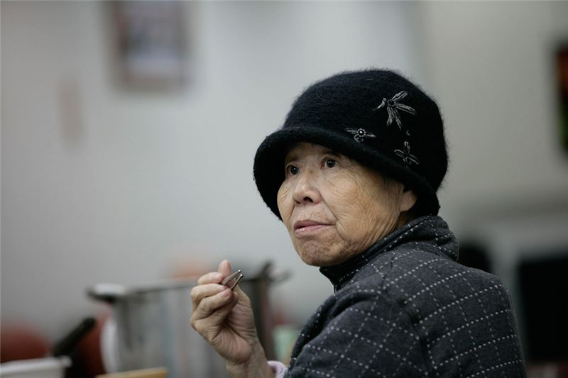 This is a portrait of patients of Alzheimer disease: Hsu Ching-Chen tends to be forgetful about the fact that her husband is long gone, except when she arrives at the national cemetery for veterans on the annual Tomb-Weeping Day.