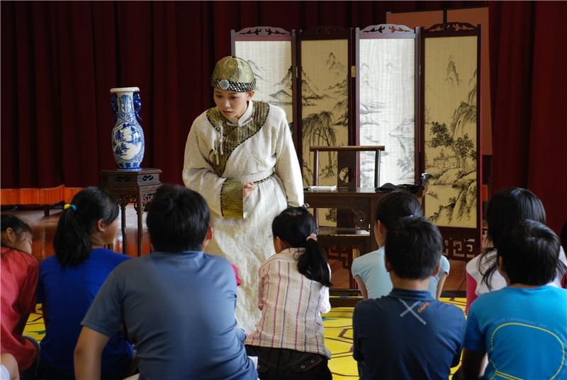 1985開城門:戲劇中敘說的是1895年日軍接收臺灣時中部小城鎮發生的故事。演員透過與觀眾的互動,演繹分享對於事件的想法。