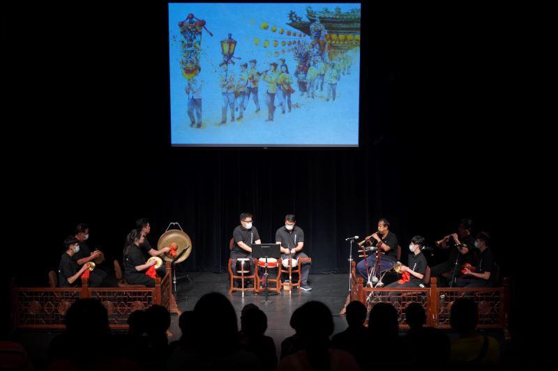 【延樂軒北管劇團】以北管子弟常見的「排場」表演型態搭配插畫投影演出。