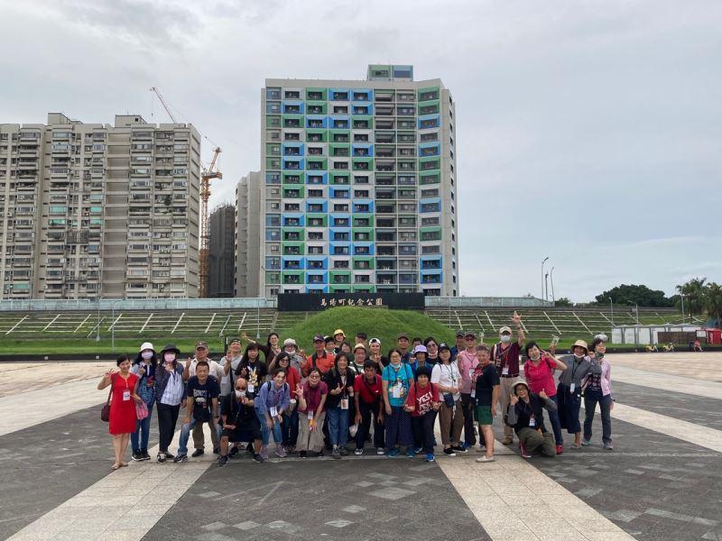 圖4_南投聾協一行近30名聾友參訪體驗馬場町紀念公園不義遺址。