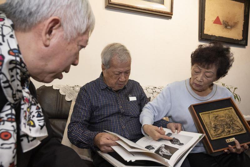 藝術家倪朝龍(中)向梁館長永斐(左)分享其收藏及藝術見解