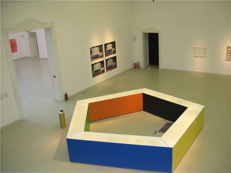 饒加恩〈30紋徽提案〉2009 本素描、上色五角形台座、導覽手冊 500×500×92 cm