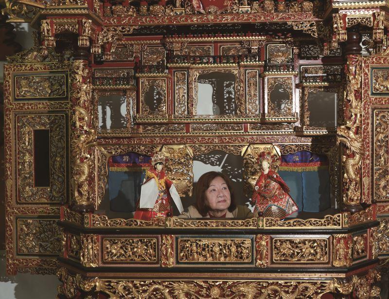 從過去傳統戲偶,直至今日的金光戲偶,江賜美見證了臺灣近百年的戲偶歷史演變。