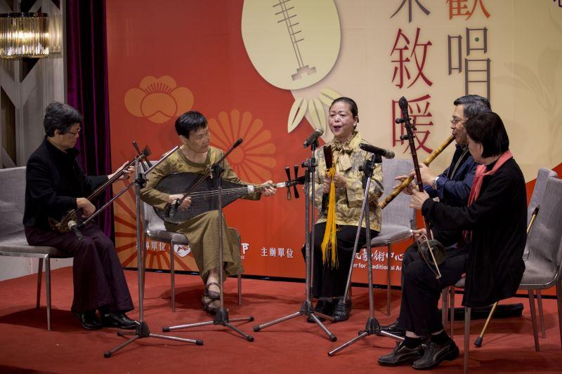 Nanguan musician Wang Jin-ying (center).