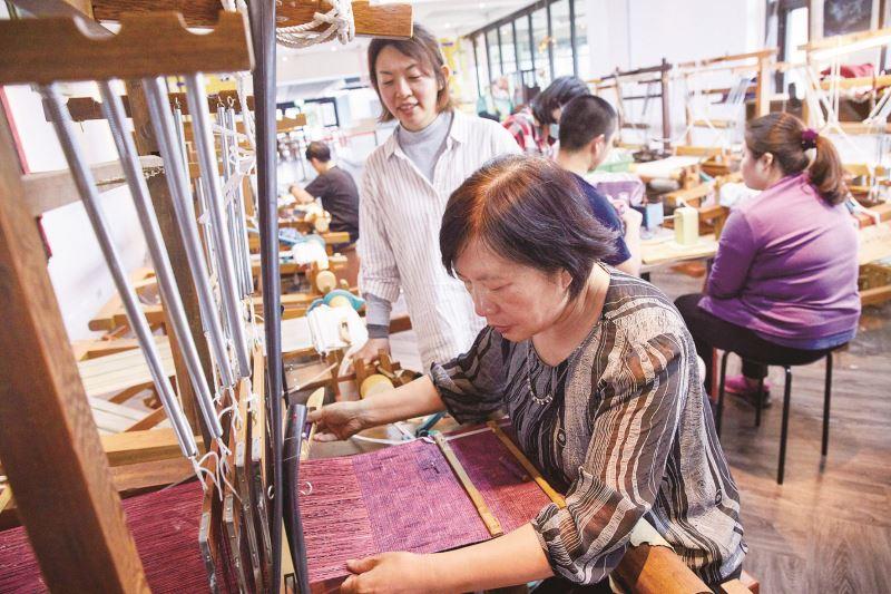 黃蘭葉指導緙絲研習課程的藝生們,一條一條線細心的照看著。