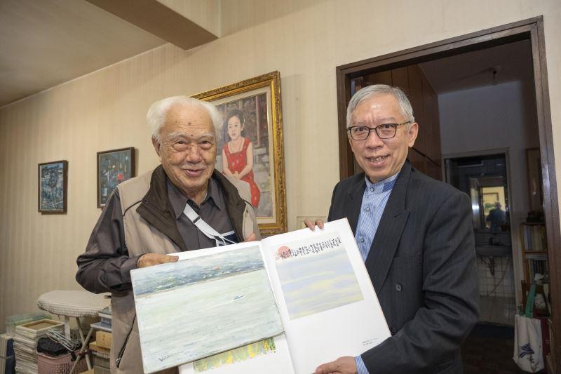 國美館館長梁永斐(右)與藝術家何肇衢先生(左)交流藝術創作1