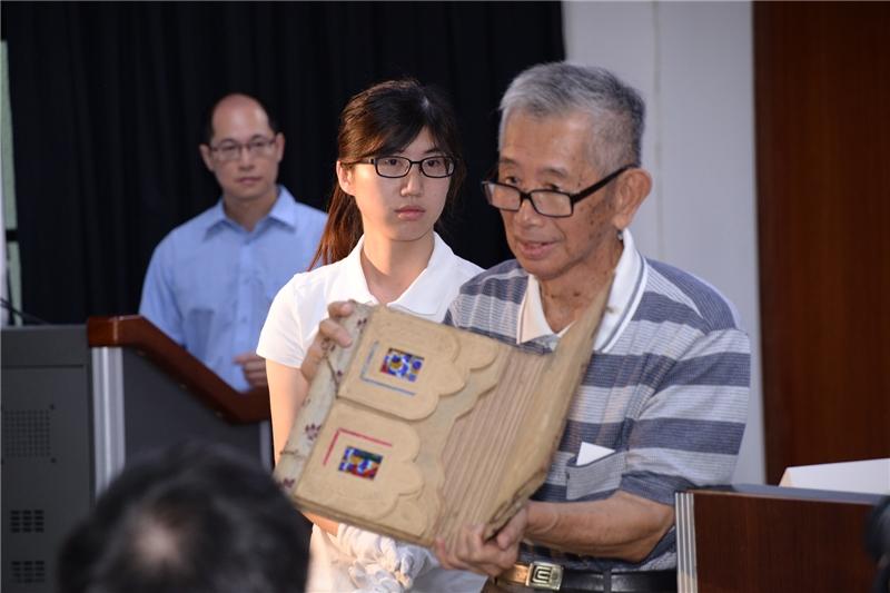 政治受難者許貴標先生於文物藏情記者會上分享書包的故事