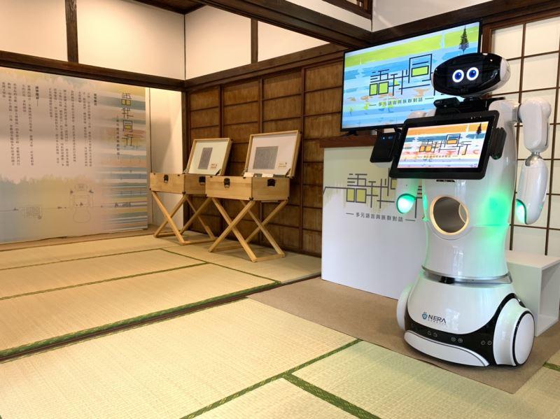 多語導覽機器人以5種語言解說展覽內容。