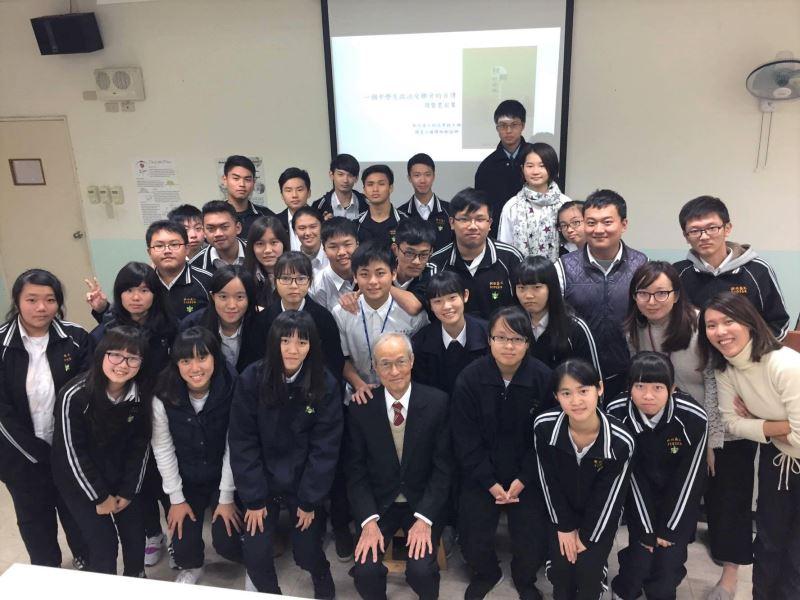 周賢農前輩應邀前往新竹高工演講時,與該校師生共同合影