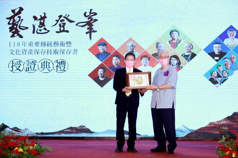 文化部長李永得授證「泥塑」保存者杜牧河藝師