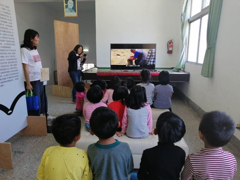 台南市德光高中場次小朋友觀看展場影片