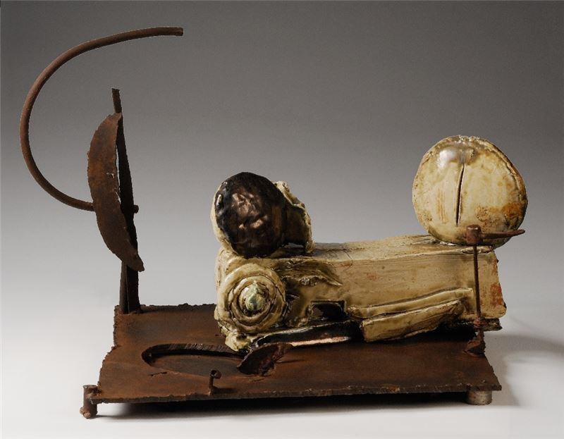 周邦玲〈照花前後鏡之樂園猜想〉2003 陶、鐵 39.5×60.5×42.5 cm 藝術家自藏