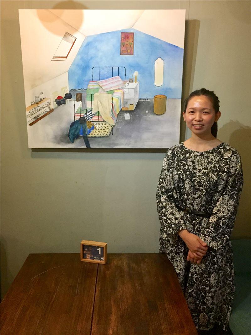 藝術家陳亭君與作品《哈莉小姐與情人的房間》合影