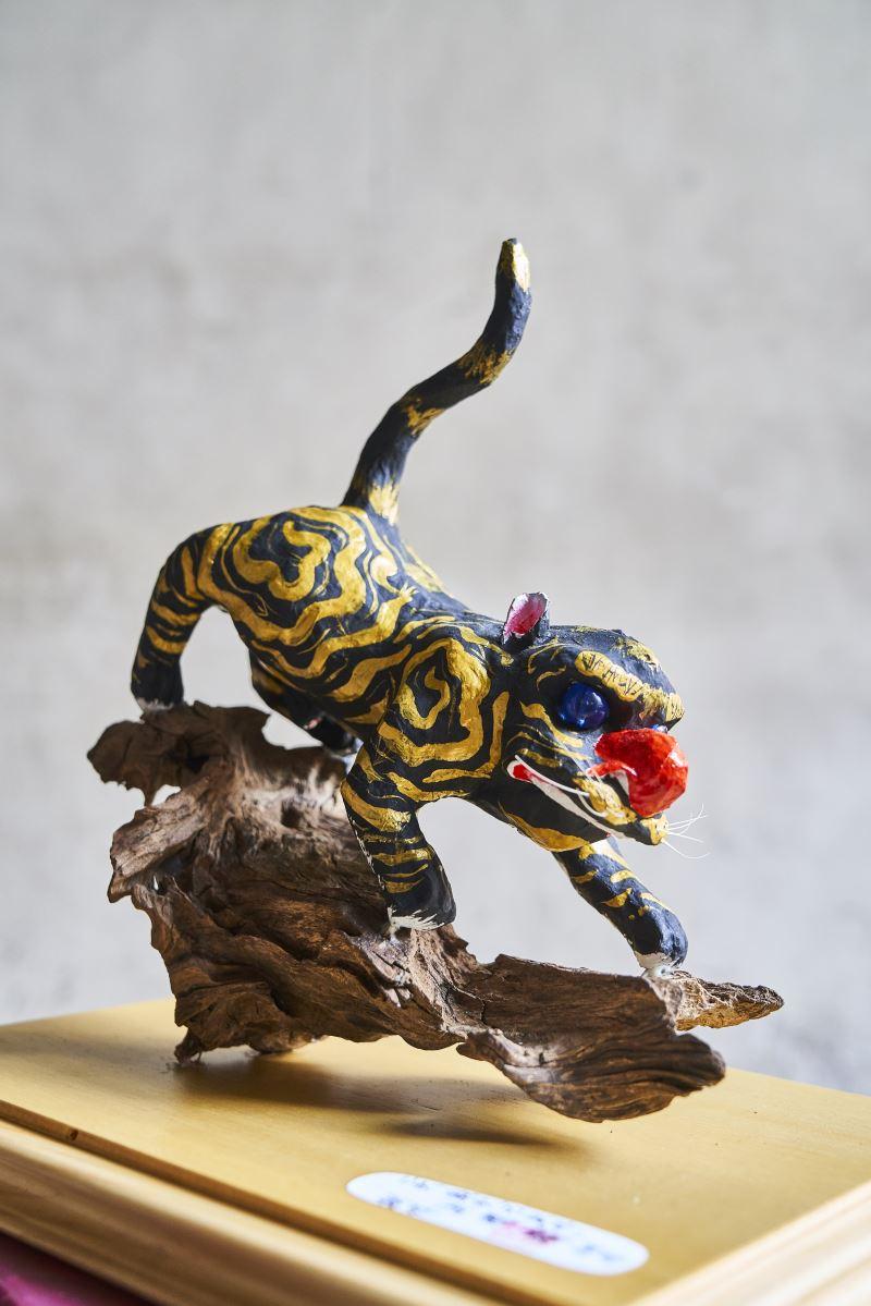 洪國霖喜歡具動態與力量感的作品,因此在設計角色的動作和姿態上特別講究,這尊下山虎爺是以紙一層層實心揉捏而成,摸起來扎實堅固,很難想像是用紙製作出來的。