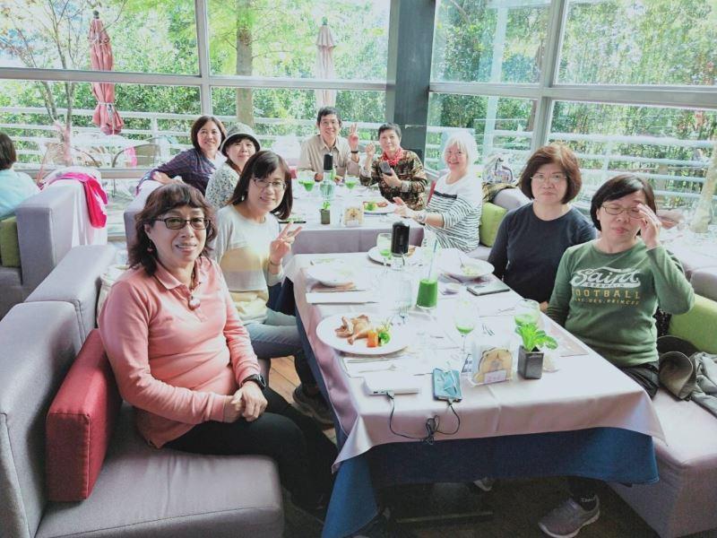 志工在數碼天空餐廳用餐